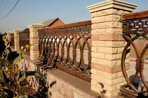чугунная решетка и колонны из облицовочного кирпича