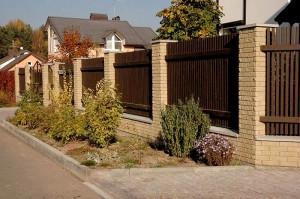 забор с колоннами из облицовочного кирпича ЭкоКирпич
