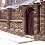 забор с плетенными пролетами и решеткой